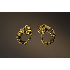 Pair of earring with lion protome