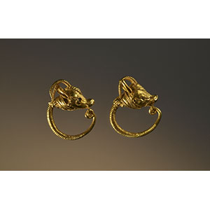 Pair of earrings with antelope protome