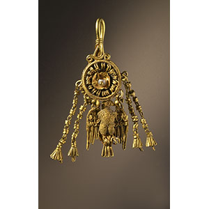 Earring with hanging eagle